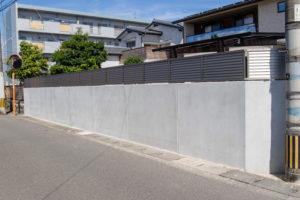 塀のねっことフェンスが組み合わされたお勧め仕様を道路から