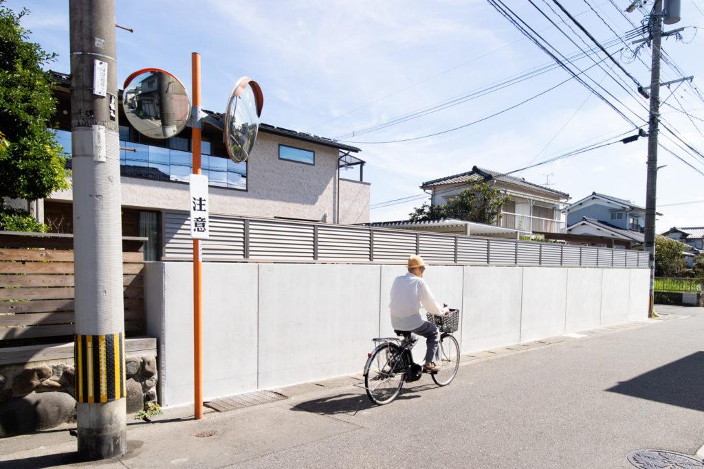 塀のねっこを設置した家と自転車